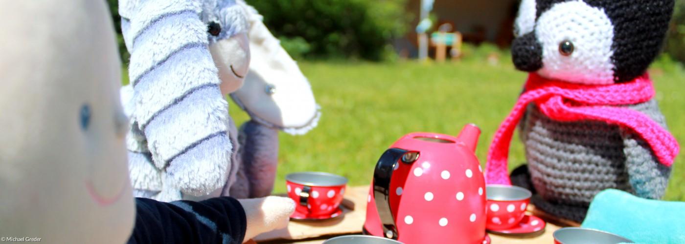 Pinguin, Hase und Puschel trinken zusammen Tee