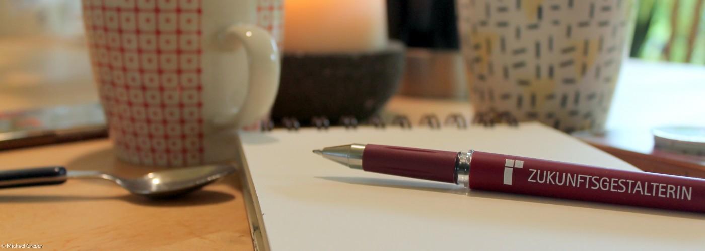 Kaffeetassen mit Schreibblock